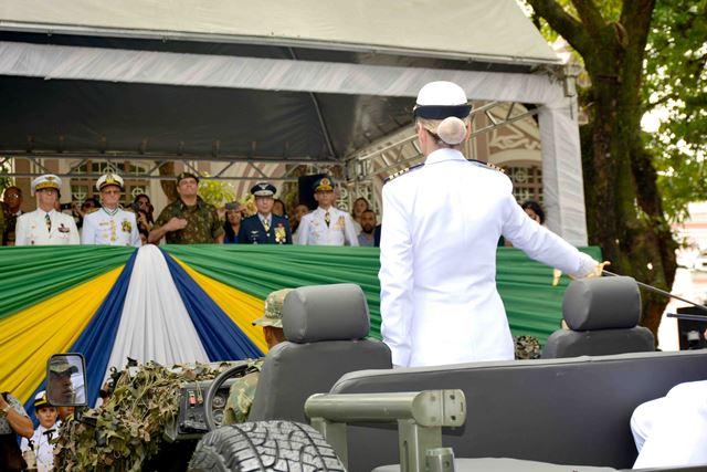 Mulher é destaque no desfile cívico-militar em Belém