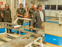Ministro conhece os detalhes da montagem da viatura Guarani