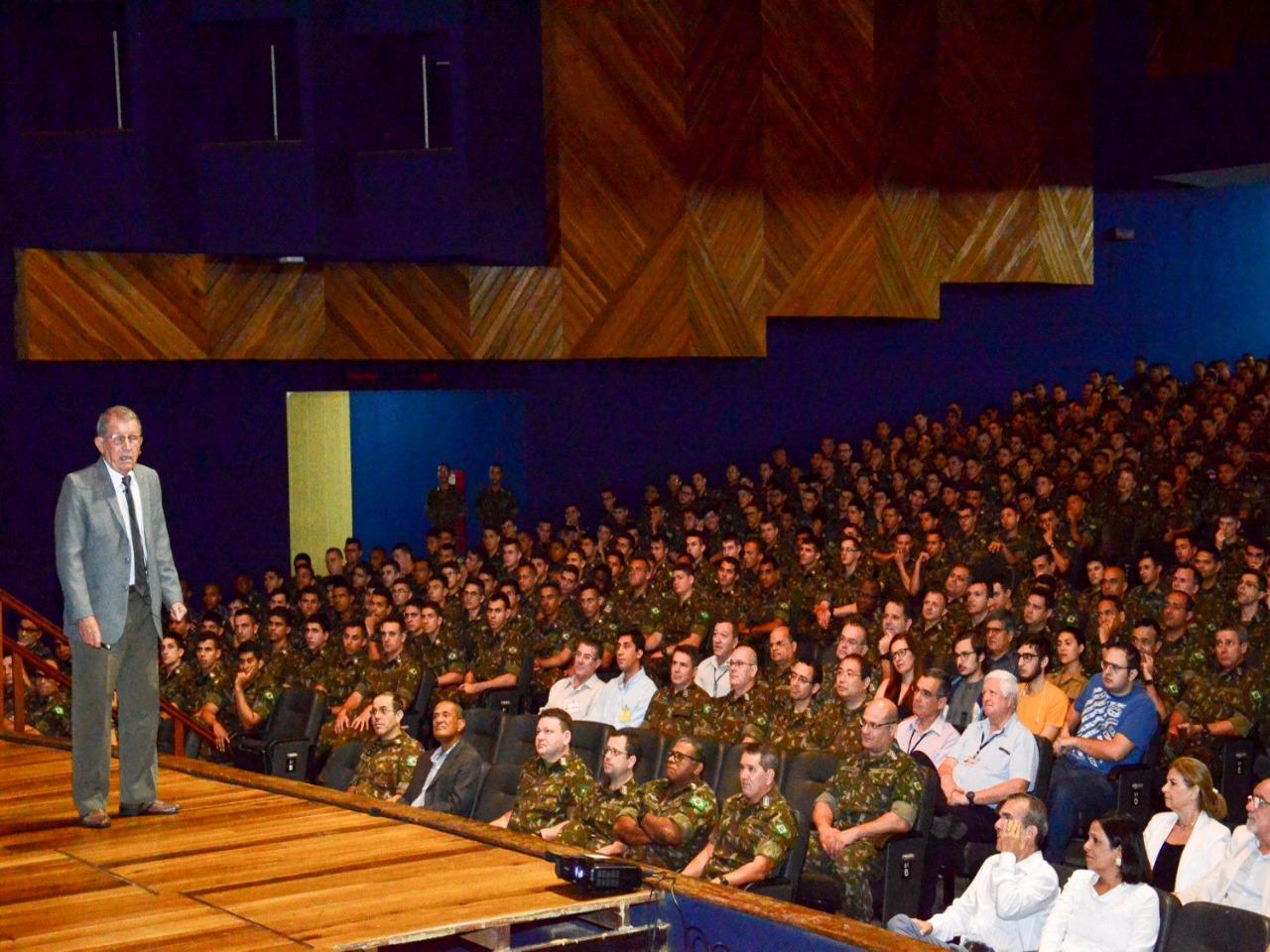 Após 25 anos de dedicação à Academia e seus cadetes o Cel Hecksher recebe honrosa homenagem dos integrantes da AMAN