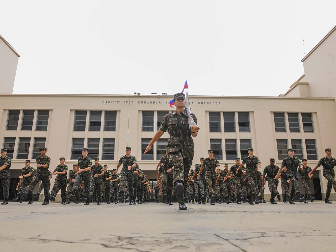 Desde o 1º ano, jovens cadetes do segmento feminino desempenham importantes funções de serviço na AMAN
