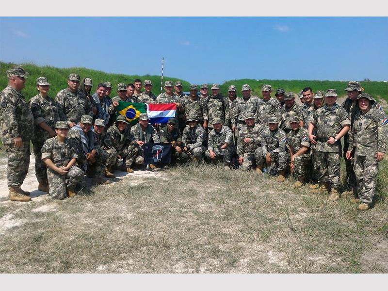 Militares do Intercâmbio Naval do Brasil no Paraguai ministram instruções de armamento e técnicas de tiro