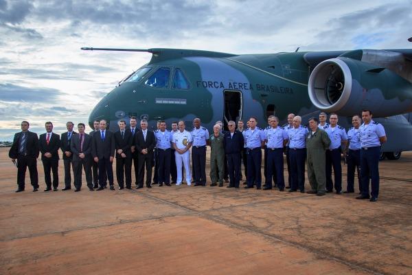 Oficiais-generais da FAB realizam primeiro voo no KC-390