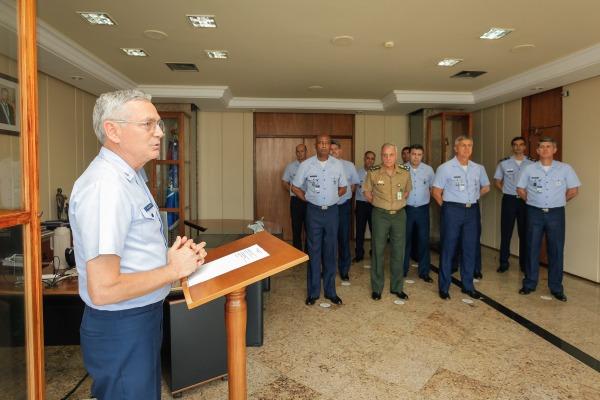 Comandante da FAB entrega Ordem do Mérito Aeronáutico a Diretor-Geral da ABIN