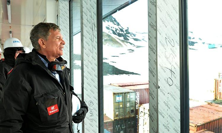 Ministro Silva e Luna inspeciona Estação Antártica Comandante Ferraz