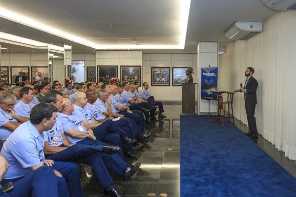 Oficiais-Generais assistem à palestra do consultor de investimentos Felipe Miranda