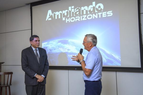 Oficiais-Generais assistem à palestra sobre a economia do Brasil