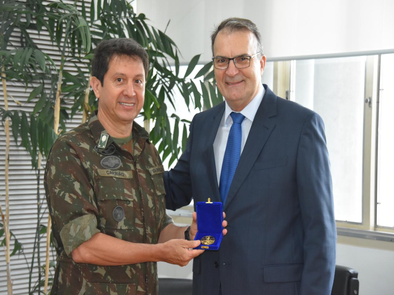 Entrega de Medalha Visitante Ilustre da UFSM ao Comandante da Brigada Niederauer