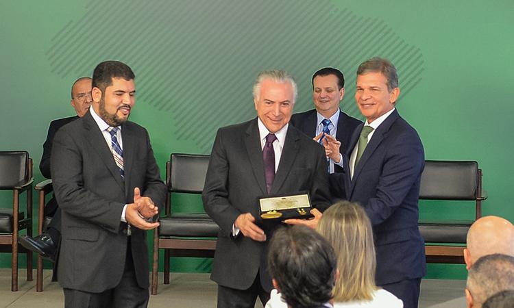 Ministro e demais autoridades do MD são homenageados com a medalha Barão de Mauá