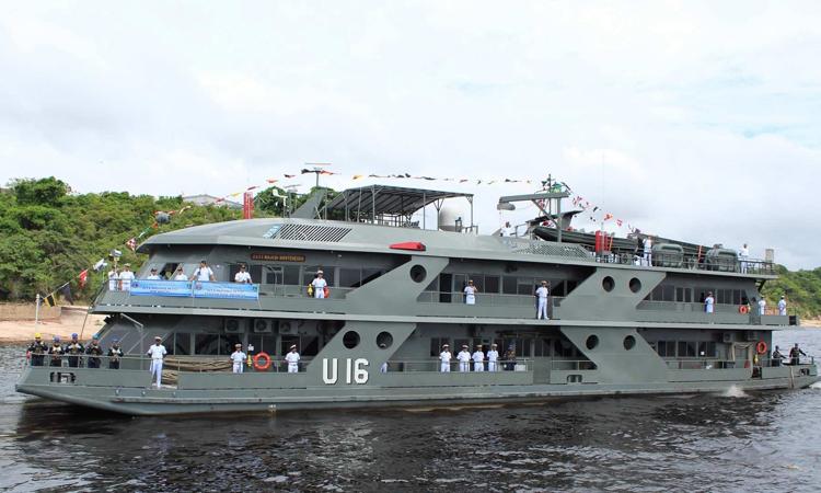 Navio leva assistência médica a comunidades isoladas da Amazônia