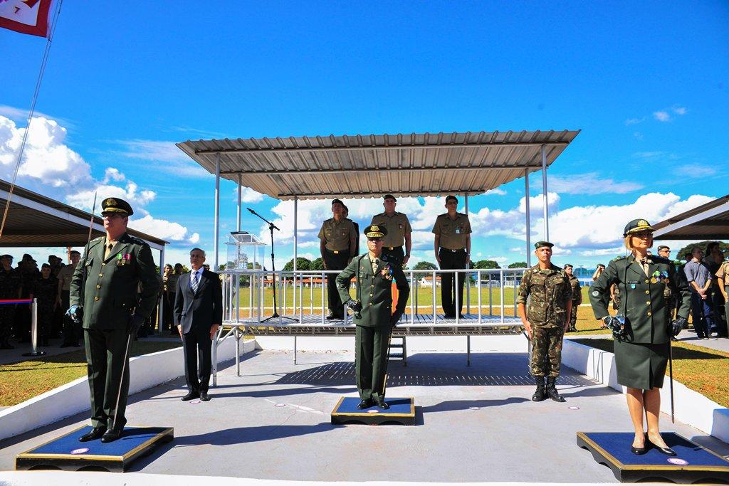 Primeira mulher do Quadro de Engenheiros Militares assume comando de organização militar em Brasília