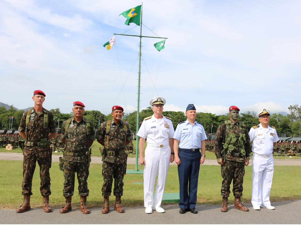 Comandante do Sul dos Estados Unidos conhece peculiaridades da Brigada de Infantaria Pára-quedista