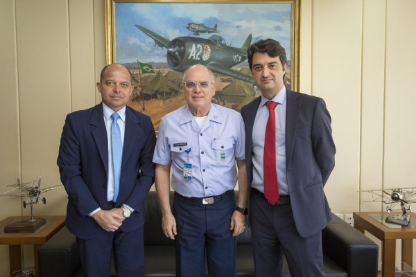 Comandante da Aeronáutica recebe Diretor da Airbus Brasil em Brasília