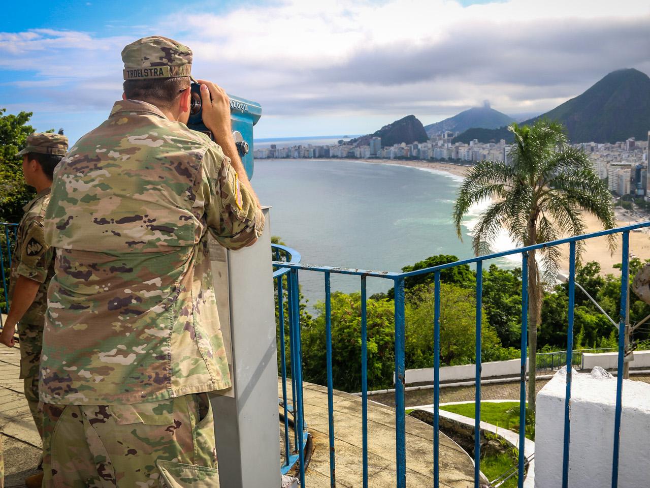 Cadetes de West Point visitam o Forte Duque de Caxias