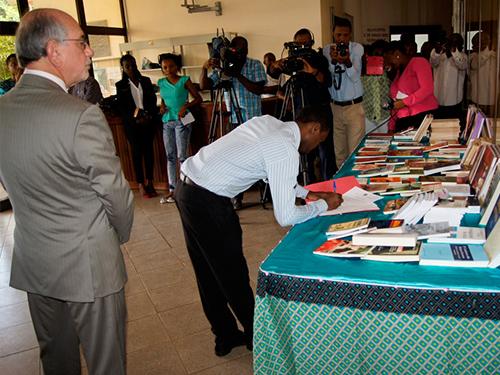 Marinha do Brasil entrega livros à Biblioteca Nacional de São Tomé e Príncipe