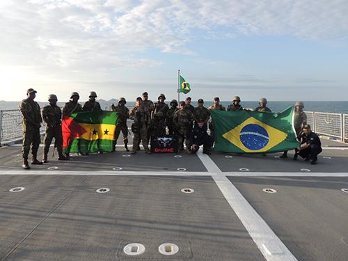 """Navio Patrulha Oceânico """"Araguari"""" realiza exercícios com militares de São Tomé e Príncipe"""