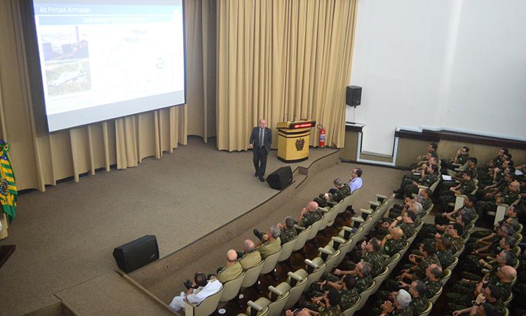 Ministro da Defesa profere palestra na ECEME