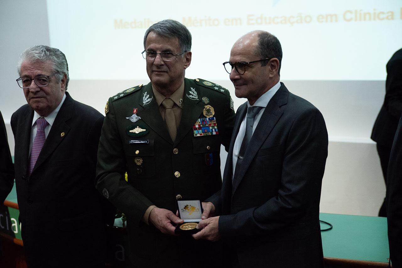 Comandante do Exército é condecorado com Medalha Mérito em Educação em Clínica Médica em São Paulo