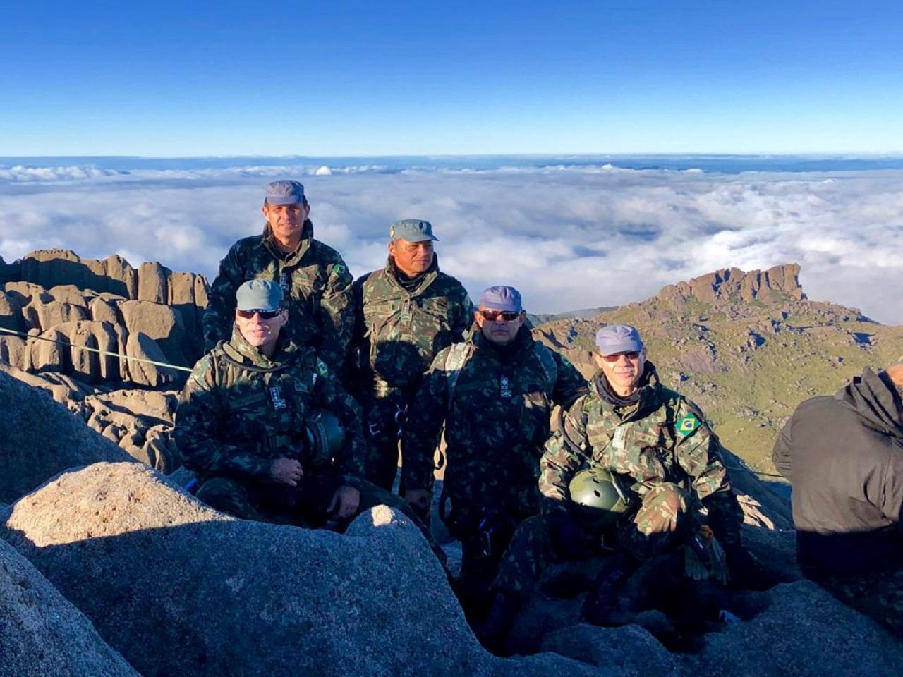 Comando da Brigada de Montanha acompanha os cadetes em escalada ao pico das Agulhas Negras