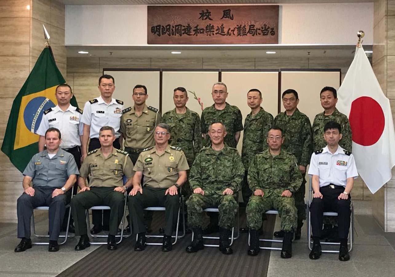 Comandante do Exército Brasileiro em viagem oficial ao Japão visita escola que prepara Forças Blindadas Japonesas
