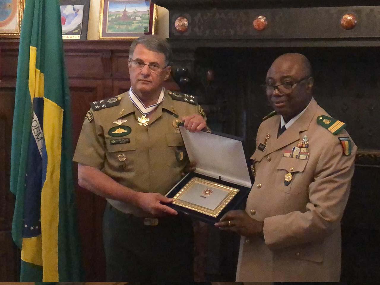 Comandante recebe medalha no Conselho Internacional do Esporte Militar e visita OTAN em viagem oficial