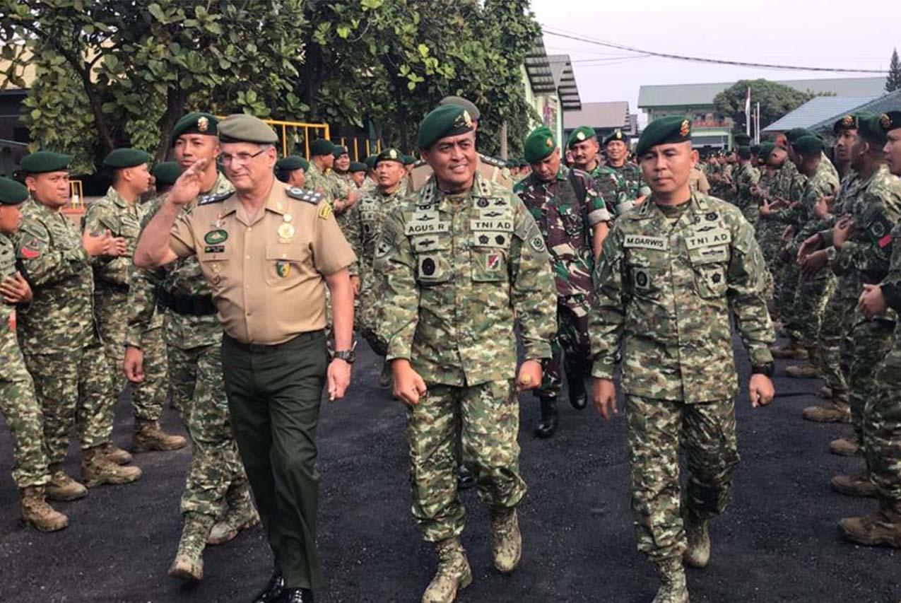 Comandantes dos Exércitos Brasileiro e Indonésio estreitam laços de cooperação militar entre os dois países
