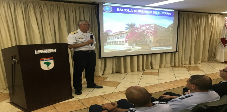 Comandante da ESG faz palestra para ADESG-MG