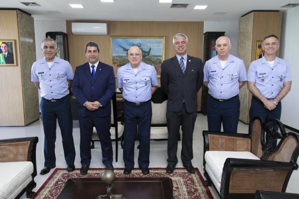 Comandante da Aeronáutica recebe a visita de parlamentares