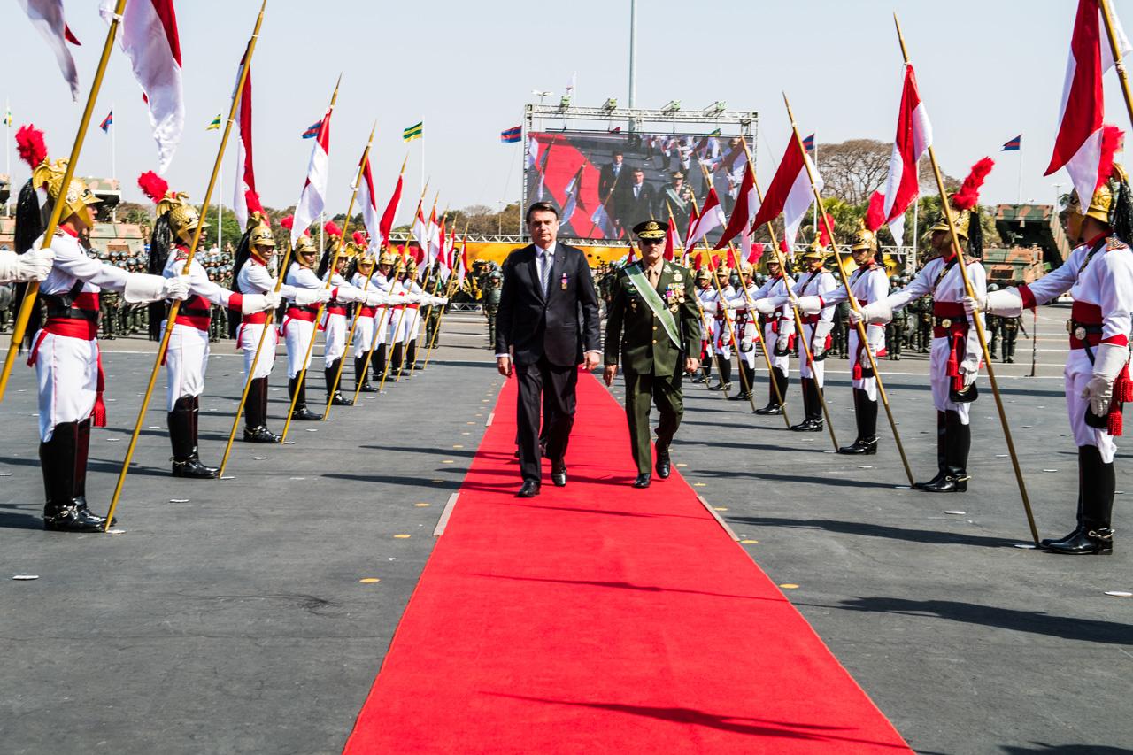Homenagens com entrega de medalhas e desfile de tropas marcam comemoração do Dia do Soldado em Brasília