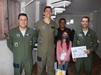 Militares se encontram com menina