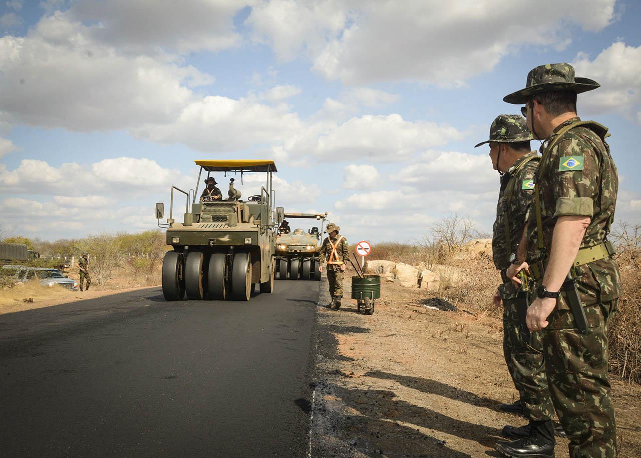 Comandante Militar do Nordeste conhece trabalho da Engenharia na BR-427, no Rio Grande do Norte