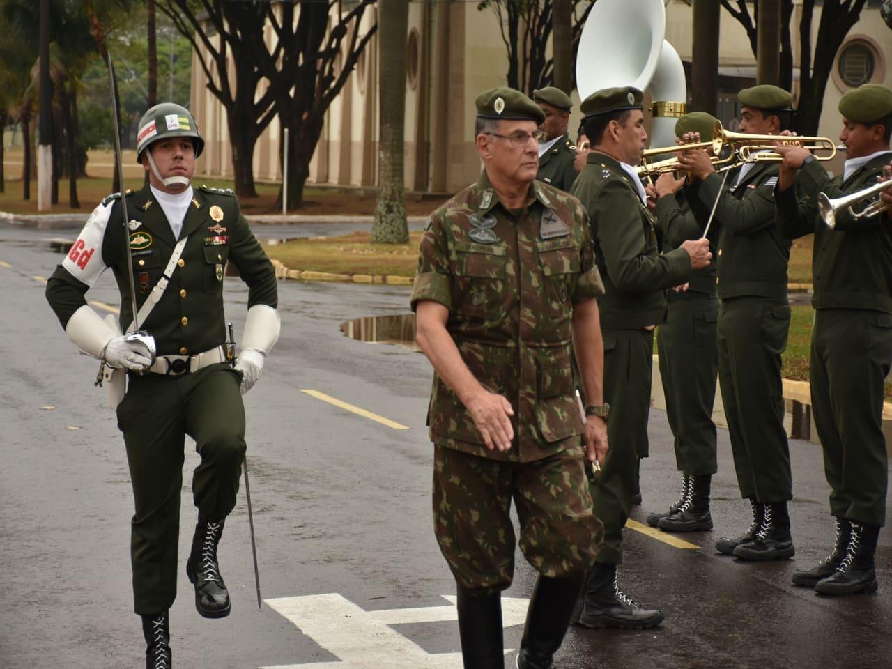 Comandante do Exército é recepcionado pela Guarda de Honra