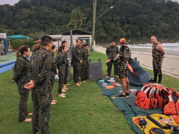Cadetes da Academia da Força Aérea participam de Instrução de Sobrevivência no Mar