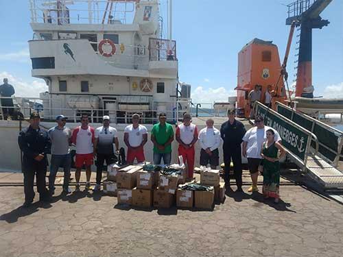 Marinha entrega material para intensificar trabalho de limpeza e acondicionamento de óleo na Bahia