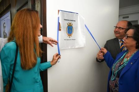 Descerramento da placa pela filha do Juiz Celso Mello, Sra Maria Cristina, VAlte Lima Filho (TM) e juíza do TM, Sra Maria Cristina.