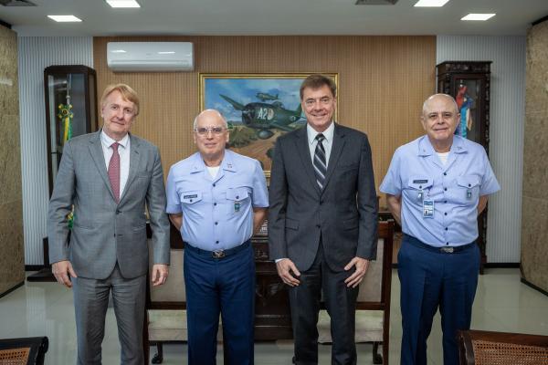 Comandante da Aeronáutica se reúne com representantes da Embraer