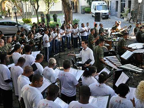 Banda Sinfônica do CFN realiza apresentação com músicos moradores de rua e jovens de projeto social