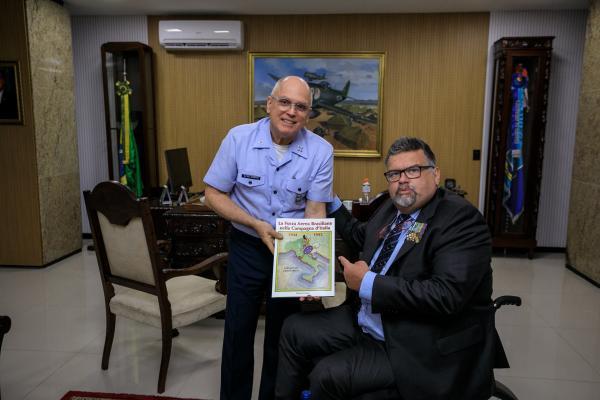Comandante da Aeronáutica encontra-se com historiador italiano