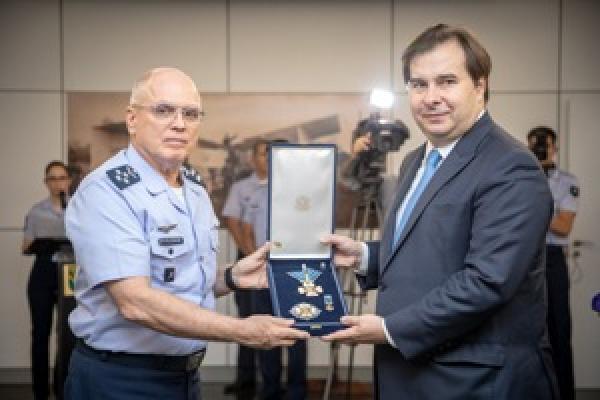 Comandante da Aeronáutica entrega Comenda ao Presidente da Câmara dos Deputados