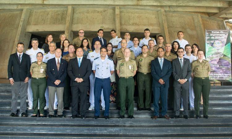 Estagiários do Curso de Diplomacia de Defesa (CDIPLOD) são diplomados