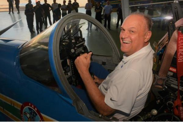 Ex-jogador Oscar Schmidt visita Academia da Força Aérea e Esquadrilha da Fumaça