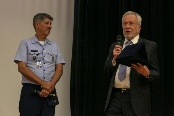 Jornalista Alexandre Garcia ministra palestra a efetivo da FAB