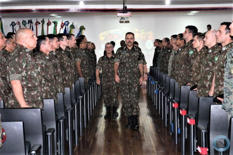 O Chefe do Centro de Comunicação do Exército profere palestra na EASA e fala sobre o PL1645