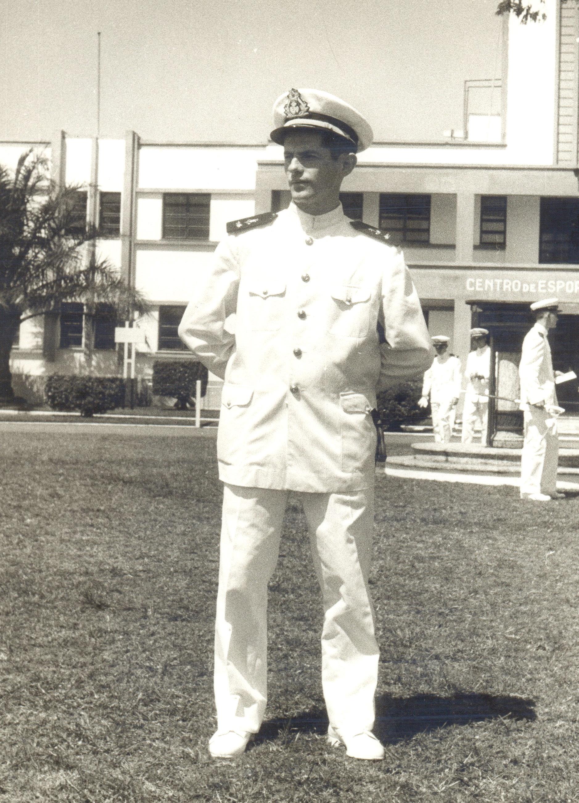 Prof Arnaldo Niskier em 1956 na sua formatura como Guarda Marinha Intendente no CIAW (Acervo Familiar)