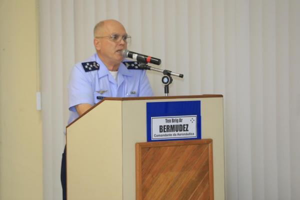 Comandante da Aeronáutica ministra palestra a alunos do Estágio de Comando da Força Aérea