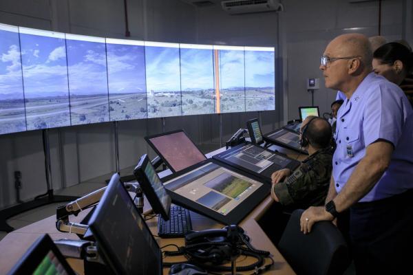 Comandante da Aeronáutica visita Torre de Controle de Aeródromo Remota na Ala 12