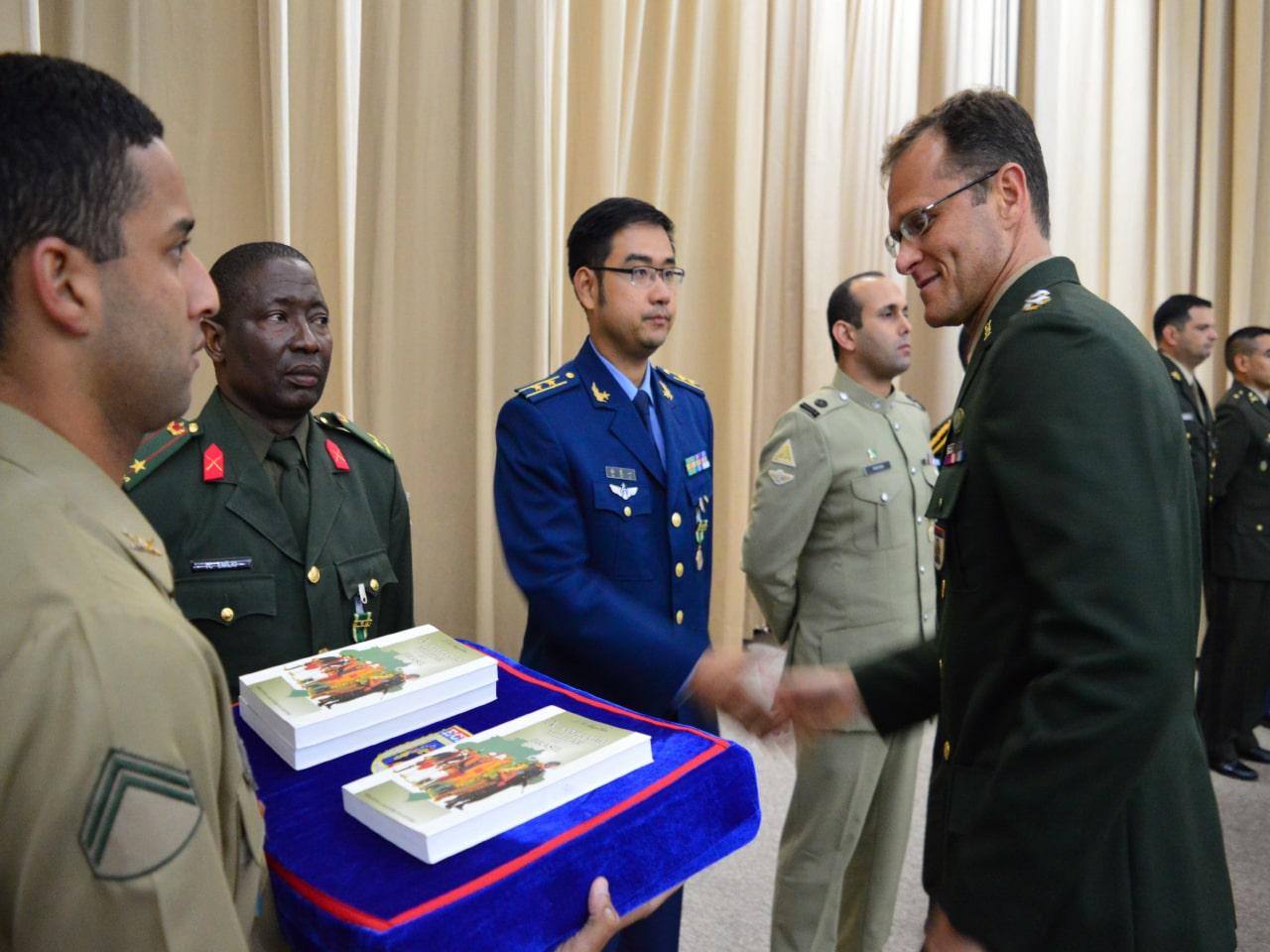 Biblioteca do Exército premia alunos que se destacaram em cursos promovidos por organizações militares e civis