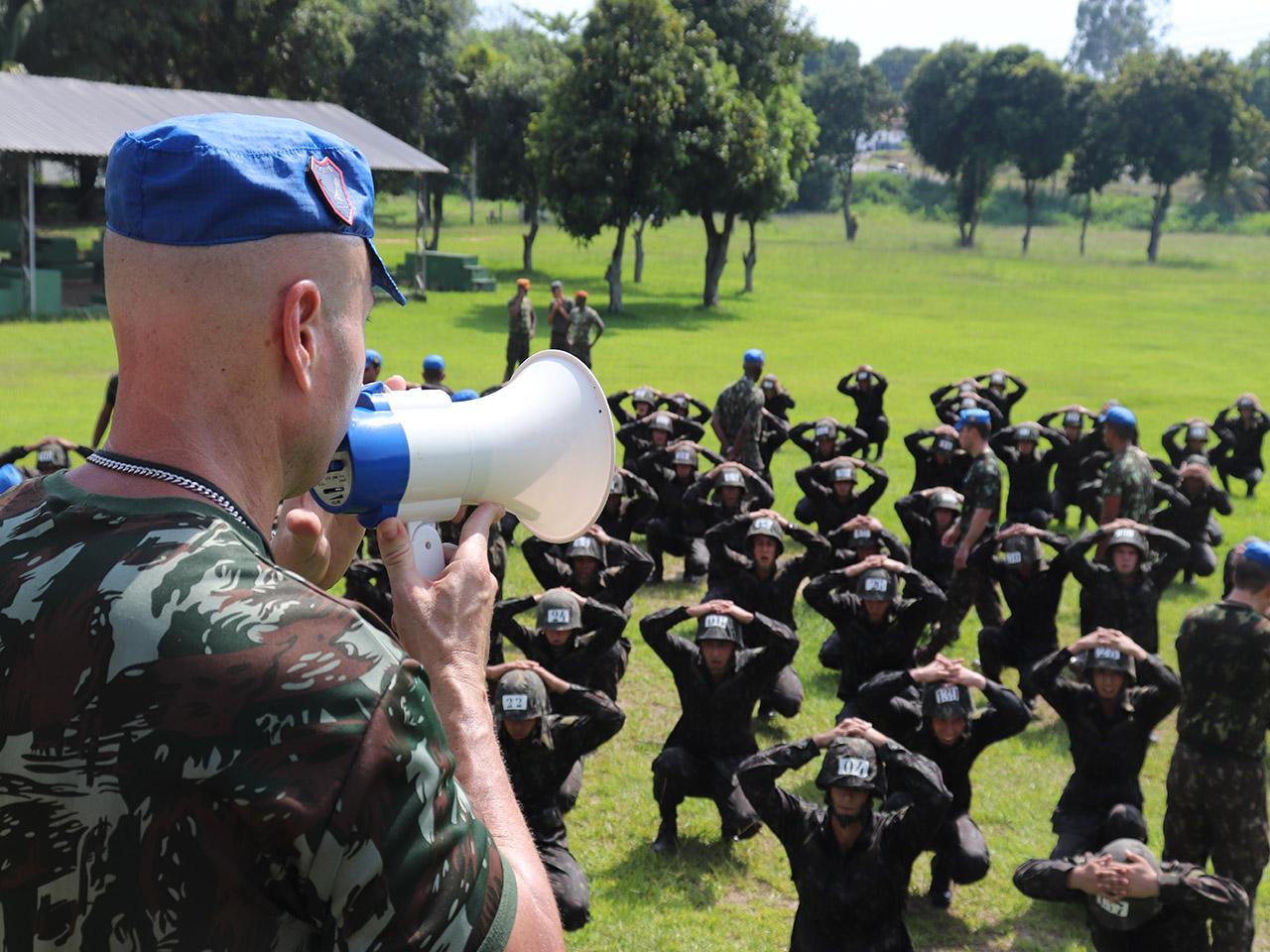 Marcação de capacetes inicia a formação de nova turma de combatentes aeroterrestres do Exército Brasileiro