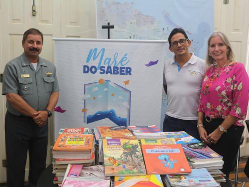 """Comando do 4º Distrito Naval recebe doação de mais de mil livros para projeto """"Maré do Saber"""""""