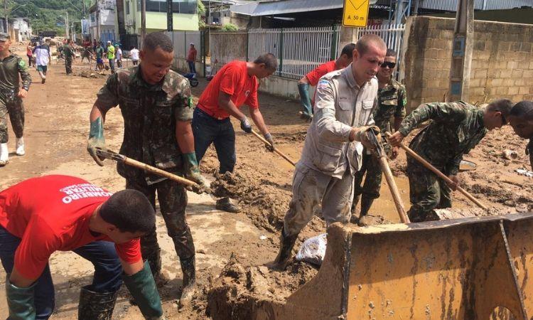Exército e Marinha atuam no socorro de pessoas ilhadas após enchentes no ES e MG