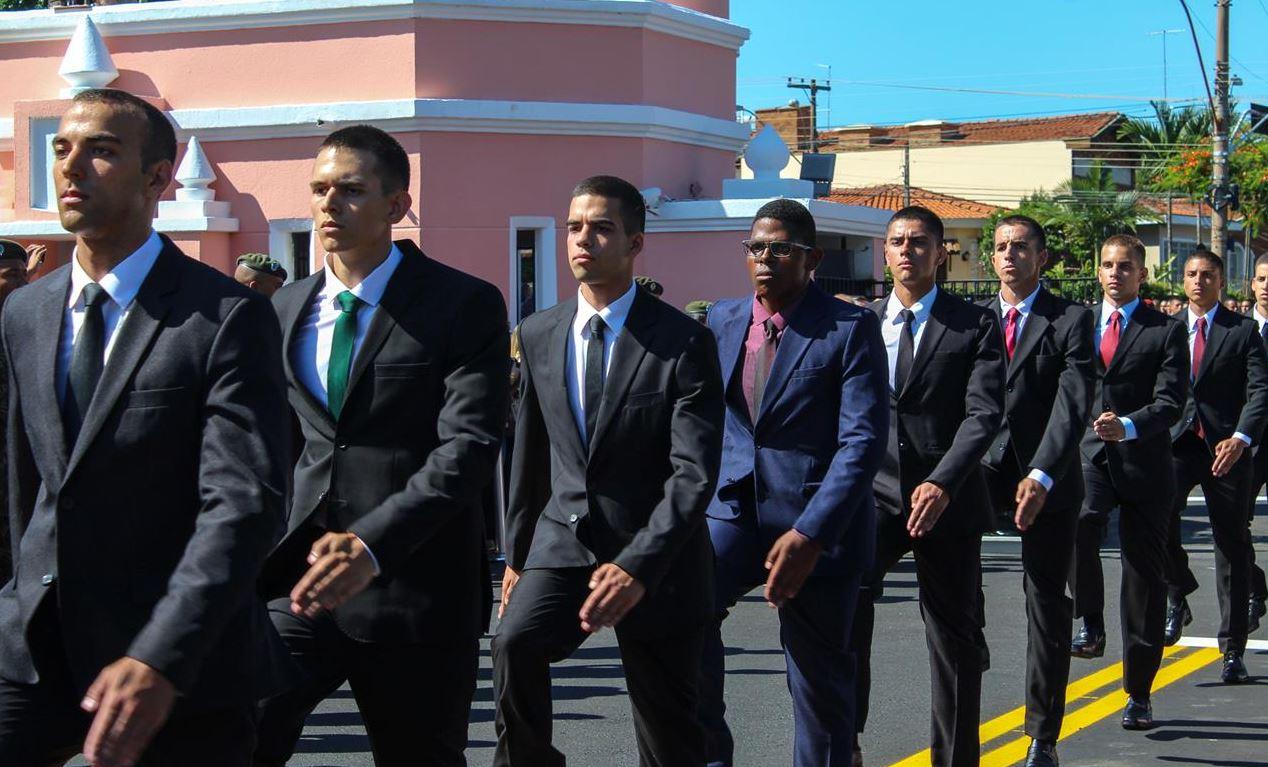 Iniciando a trajetória nas fileiras do Exército, alunos realizaram a entrada solene pelo portão da EsPCEx